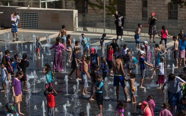Los niños juegan en las fuentes del Parque Teddy Kollek en Jerusalem el 26 de julio de 2016 (Zack Wajsgras / Flash 90)