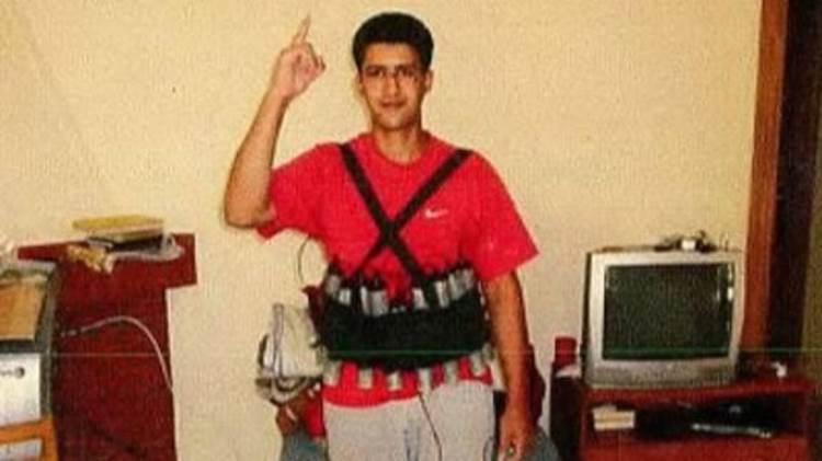 El terrorista Youssef Aalla posa con un chaleco explosivo. Murió en la explosión accidental de la vivienda de Alcanar donde prepararon el ataque