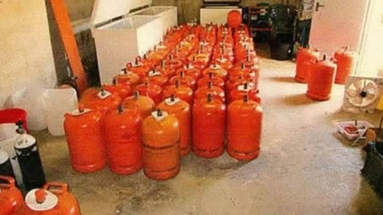 Acumulación de bombonas de butano en la casa de Alcanar. Iban a ser empleadas para crear un enorme explosivo, pero un accidente impidió que lo utilizaran
