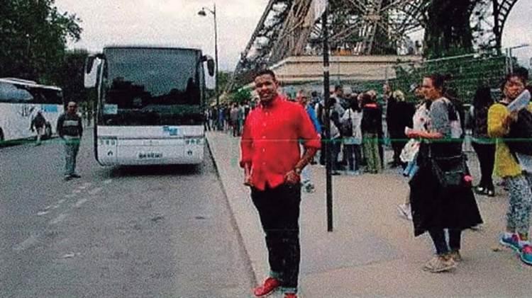 El terrorista Omar Hichamy, abatido por la policía en Cambrils, se toma una foto junto a la Torre Eiffel en París en un viaje poco antes a la masacre (AFP)