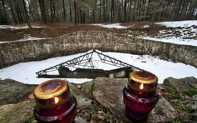 Un monumento a los 70,000 Judios de Vilna y sus alrededores asesinados por los nazis y sus cómplices durante la Segunda Guerra Mundial, Vilnius, Lituania, 16 de febrero de 2016. (AFP / Petras Malukas)