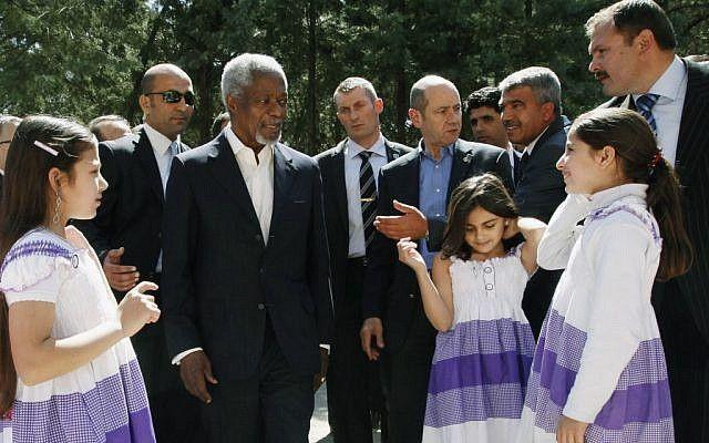 Kofi Annan se reúne con los refugiados sirios en Turquía el martes (crédito de la foto: Umit Bektas / AP)