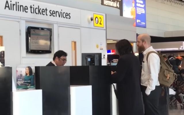Un encuentro en un mostrador de boletos de Kuwait Airways en el aeropuerto de Heathrow en Londres en el que el vendedor se negó a venderle un boleto a una mujer israelí, Mandy Blumenthal, por su nacionalidad, noviembre de 2017. (Captura de pantalla de YouTube)