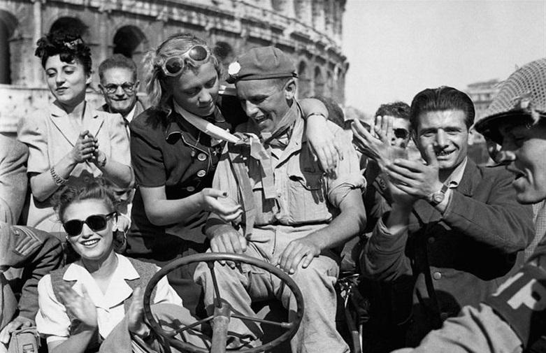 Los italianos se regocijan en Roma después de la Liberación en 1945 (dominio público)