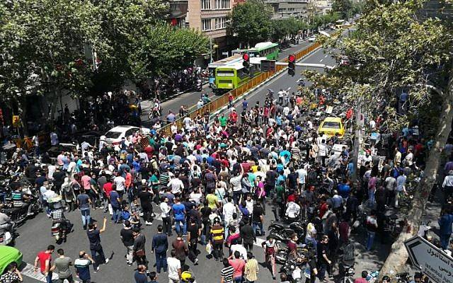 Manifestantes iraníes en el centro de Teherán el 25 de junio de 2018. (AFP Photo / Atta Kenare)