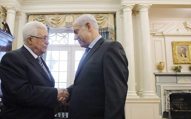 El presidente de la Autoridad Palestina, Mahmoud Abbas, izquierda, estrecha la mano del primer ministro Benjamin Netanyahu antes de sostener conversaciones directas de paz en el Departamento de Estado en Washington, DC, el 2 de septiembre de 2010. (Jason Reed-Pool / Getty Images vía JTA)