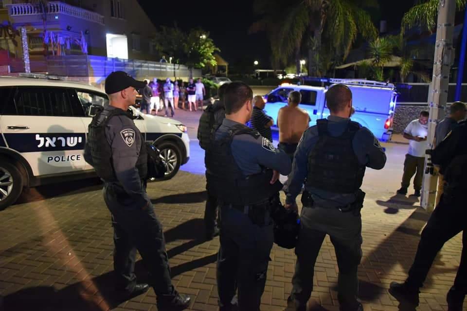 Agentes de la policía de Israel buscan cohetes lanzados desde la Franja de Gaza que atacaron la ciudad de Sderot, al sur de Israel, el 8 de agosto de 2018. (Policía de Israel)