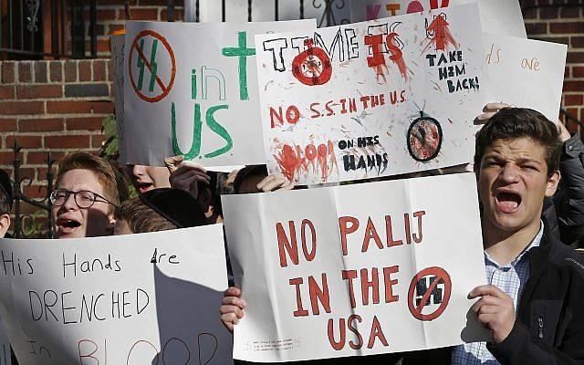 Los estudiantes judíos de la escuela secundaria protestan frente a la casa de Jakiw Palij, un ex guardia nazi del campo de concentración en el vecindario de Jackson Heights en Nueva York, el 9 de noviembre de 2017. (Kathy Willens / AP)