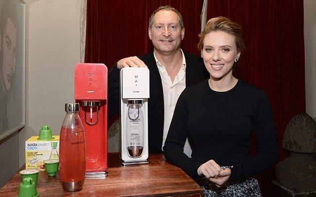 Scarlett Johansson con Daniel Birnbaum de Sodastream (Mike Coppola / Getty Images para SodaStream / vía JTA)
