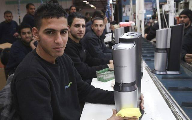 Palestinos trabajan en una fábrica de SodaStream en el parque industrial Mishor Adumim, junto a Ma'ale Adumim, 2 de febrero de 2014. (Nati Shohat / Flash90)