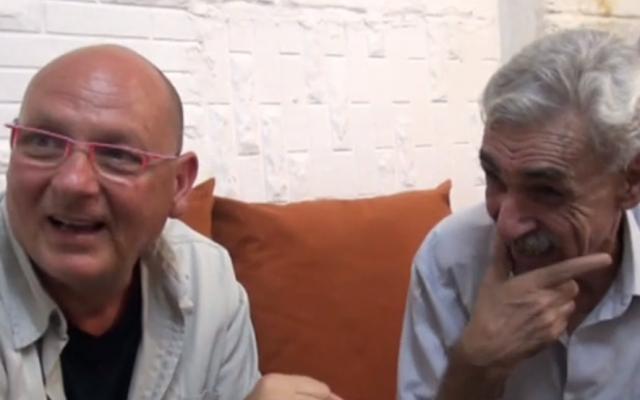Ephraim Talabi, izquierda, y Mohammed Amin a-Sati en la casa de un Sati en Zarqa, Jordania, julio de 2018. (Captura de pantalla de Hadashot)