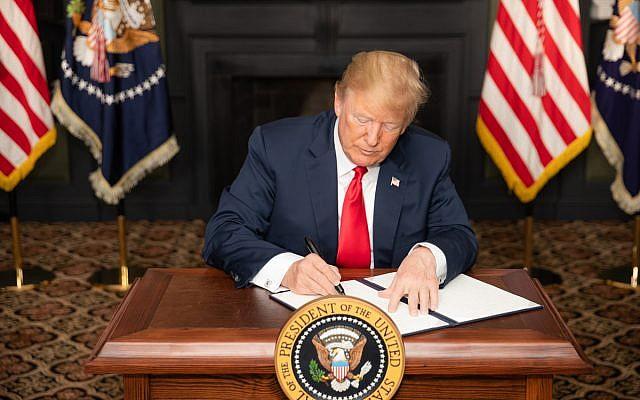 El presidente Donald J. Trump firma un EO sobre sanciones de Irán en la Sala Verde del Trump National Golf Club el lunes 6 de agosto de 2018 en Bedminster Township, Nueva Jersey. (Foto oficial de la Casa Blanca por Shealah Craighead)