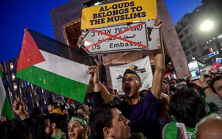 """Un manifestante sostiene una pancarta que dice """"Al-Quds (Jerusalem en árabe) pertenece a los musulmanes"""" durante una protesta en Estambul contra la apertura de la nueva embajada de los EE. UU. En Jerusalem el 14 de mayo de 2018. (AFP Photo / Ozan Kose)"""