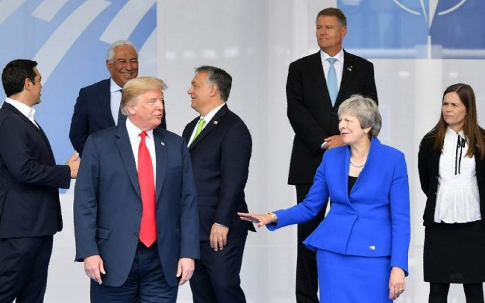Ilustrativo: El presidente estadounidense Donald Trump (C) gesticula mientras posa junto a la primera ministra británica Theresa May (2R) y el primer ministro de Islandia Katrín Jakobsdóttir (R) durante la ceremonia de apertura de la cumbre de la OTAN (OTAN). en Bruselas, el 11 de julio de 2018. (AFP PHOTO / EMMANUEL DUNAND)