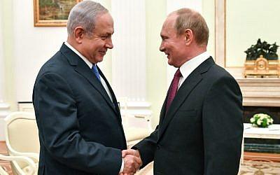 El presidente ruso, Vladimir Putin (R), estrecha la mano del primer ministro israelí, Benjamin Netanyahu, durante su reunión en el Kremlin en Moscú el 11 de julio de 2018. (AFP / Pool / Yuri Kadobnov)