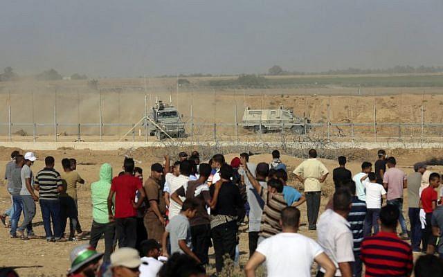 Manifestantes palestinos se manifiestan en la frontera entre Israel y Gaza, al este de Khan Younis en el sur de la Franja de Gaza el 17 de agosto de 2018 (AFP PHOTO / SAID KHATIB)