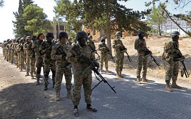 Los combatientes rebeldes sirios se preparan para una próxima ofensiva de las fuerzas gubernamentales, en el campo de la provincia norteña de Idlib, controlada por los rebeldes, el 3 de septiembre de 2018. (AFP / Omar Haj Kadour)