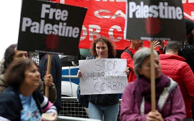 Los manifestantes sostienen pancartas mientras protestan frente a la sede del partido laborista de la oposición británica en el centro de Londres el 4 de septiembre de 2018. (AFP PHOTO / Daniel LEAL-OLIVAS)