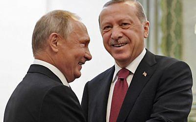 El presidente de Rusia, Vladimir Putin (izq.), Estrecha la mano de su homólogo turco, Recep Tayyip Erdogan, durante su reunión en Teherán el 7 de septiembre de 2018. (AFP / Pool / Kirill Kudryavtsev)