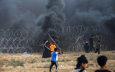 Un joven palestino utiliza un tirachinas para arrojar piedras a las FDI en la Franja de Gaza el 7 de septiembre de 2018. (AFP / Said Khatib)