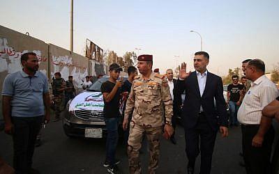 Asaad al-Eidani, gobernador de la provincia sureña de Basora, derecha, y teniente general Jameel al-Shemeri, jefe de operaciones militares de Basora, 9 de septiembre de 2018. (AFP / Haidar MOHAMMED ALI)