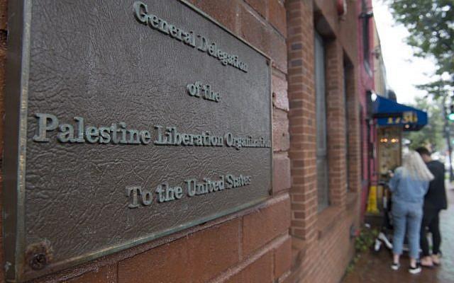 Se ve a personas fuera de la oficina de la Delegación de la Organización para la Liberación de Palestina en Washington DC el 10 de septiembre de 2018. (AFP PHOTO / Andrew CABALLERO-REYNOLDS)Se ve a personas fuera de la oficina de la Delegación de la Organización para la Liberación de Palestina en Washington DC el 10 de septiembre de 2018. (AFP PHOTO / Andrew CABALLERO-REYNOLDS)