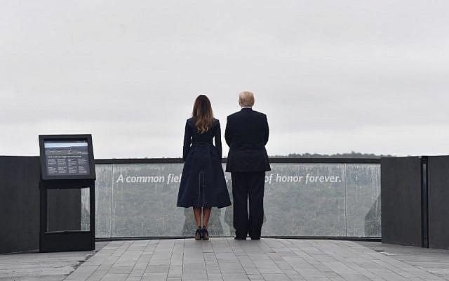 El presidente estadounidense Donald Trump y la primera dama Melania Trump llegan al sitio de un nuevo monumento el 11 de septiembre de 2018 en Shanksville, Pensilvania, donde se estrelló el vuelo 93 durante los ataques del 11 de septiembre, mientras se celebran sombrías ceremonias en Ground Zero en Nueva York y en el Pentagono. (AFP PHOTO / Nicholas Kamm)