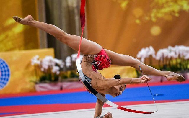 Linoy Ashram de Israel se presentará durante la final individual general en el Campeonato Mundial de Gimnasia Rítmica en Arena Armeec en Sofía el 14 de septiembre de 2018 (AFP PHOTO / Dimitar DILKOFF)