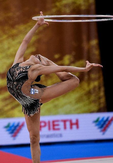 Linoy Ashram de Israel durante la final individual general en el Campeonato Mundial de Gimnasia Rítmica en Sofía el 14 de septiembre de 2018 (AFP PHOTO / Dimitar DILKOFF)