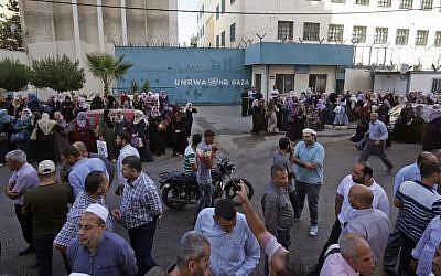 Empleados palestinos de la Agencia de Socorro y Obras de las Naciones Unidas (UNRWA) participan en una protesta contra el recorte de empleos por parte de la UNRWA, en la ciudad de Gaza, el 19 de septiembre de 2018 (AFP PHOTO / SAID KHATIB)