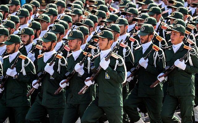 Miembros del Cuerpo de la Guardia Revolucionaria de Irán (IRGC) desfilan durante el desfile militar anual que conmemora el aniversario del estallido de la devastadora guerra de 1980-1988 contra el Iraq de Saddam Hussein, en la capital, Teherán, el 22 de septiembre de 2018. (AFP / STR)