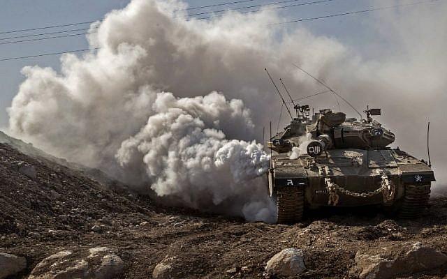 Un tanque FDI Merkava conduce cerca de la frontera con Siria en los Altos del Golán el 28 de noviembre de 2016. (AFP Photo / Jack Guez)