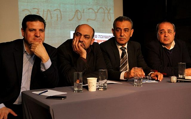 Los miembros de la Lista Conjunta (de izquierda a derecha), Ayman Odeh, Masud Ghanayem, Jamal Zahalka y Ahmad Tibi se sientan juntos durante una conferencia de prensa en Tel Aviv el 11 de febrero de 2015. (Crédito de la foto: AFP / GIL COHEN-MAGEN)