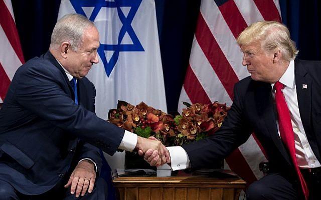 El primer ministro Benjamin Netanyahu (L) y el presidente estadounidense Donald Trump se dan la mano antes de su reunión en el Palace Hotel de la ciudad de Nueva York antes de la Asamblea General de las Naciones Unidas el 18 de septiembre de 2017. (AFP Photo / Brendan Smialowski)