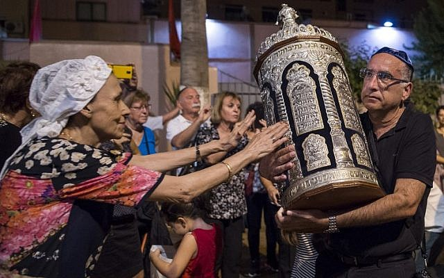 Los judíos marroquíes y los turistas judíos israelíes participan en las festividades de Simchat Torah en una sinagoga en Marrakech el 12 de octubre de 2017. (AFP PHOTO / FADEL SENNA)