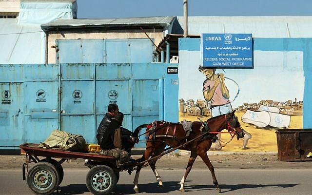 Un palestino cerca de la oficina del programa de socorro y social de la UNRWA en la ciudad de Gaza el 8 de enero de 2018. (AFP Photo / Mohammed Abed)
