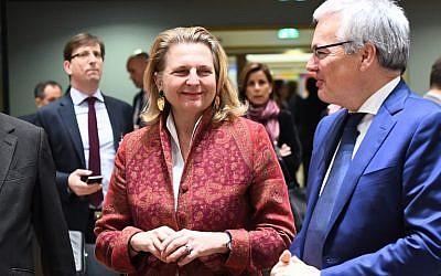 La Ministra de Asuntos Exteriores de Austria, Karin Kneissl (C), y el Ministro de Asuntos Exteriores de Bélgica, Didier Reynders, asisten a un consejo de asuntos extranjeros en el Consejo Europeo de Bruselas, 22 de enero de 2018. (AFP photo / Emmanuel Dunand)