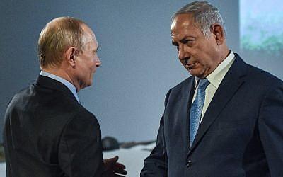El presidente ruso, Vladimir Putin, estrecha la mano del primer ministro israelí, Benjamin Netanyahu, durante un evento conmemorativo del Día Internacional de Recordación de las Víctimas del Holocausto en el Museo Judío y el Centro de Tolerancia en Moscú, el 29 de enero de 2018. (Vasily Maximov / AFP)