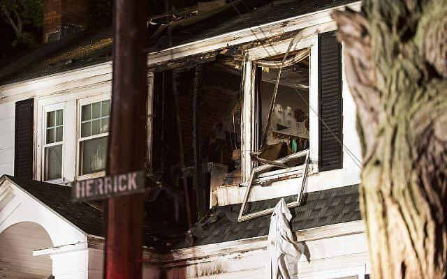 Los bomberos inspeccionan una casa después de las explosiones de gas el 13 de septiembre de 2018, en North Andover, Massachusetts. (Adam Glanzman / Getty Images / AFP)