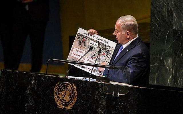 Benjamin Netanyahu sostiene una pancarta de supuestos sitios atómicos iraníes mientras pronuncia un discurso en las Naciones Unidas durante la Asamblea General de las Naciones Unidas el 27 de septiembre de 2018 en la ciudad de Nueva York. (Stephanie Keith / Getty Images / AFP)