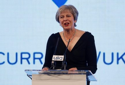 La primera ministra de Gran Bretaña, Theresa May, habla en la cena de caridad de United Jewish Israel Appeal en Londres, el lunes    Foto: Reuters