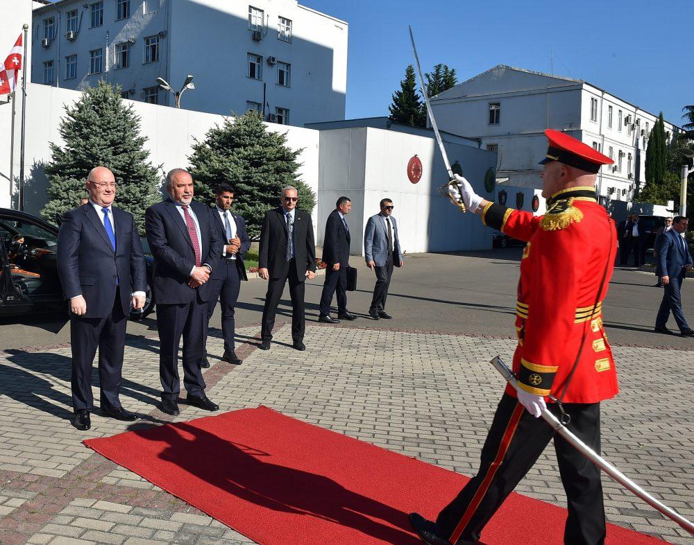 El Ministro de Defensa Avigdor Liberman y el Ministro de Defensa georgiano Levan Izoria asisten a una ceremonia de guardia de honor en Tbilisi, Georgia, el 12 de septiembre de 2018. (Ariel Hermoni / Ministerio de Defensa)