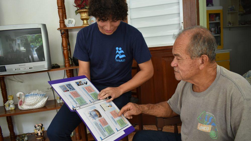 Voluntarios judíos locales capacitados por IsraAID impartieron talleres puerta a puerta sobre seguridad hídrica en Puerto Rico. Foto cortesía