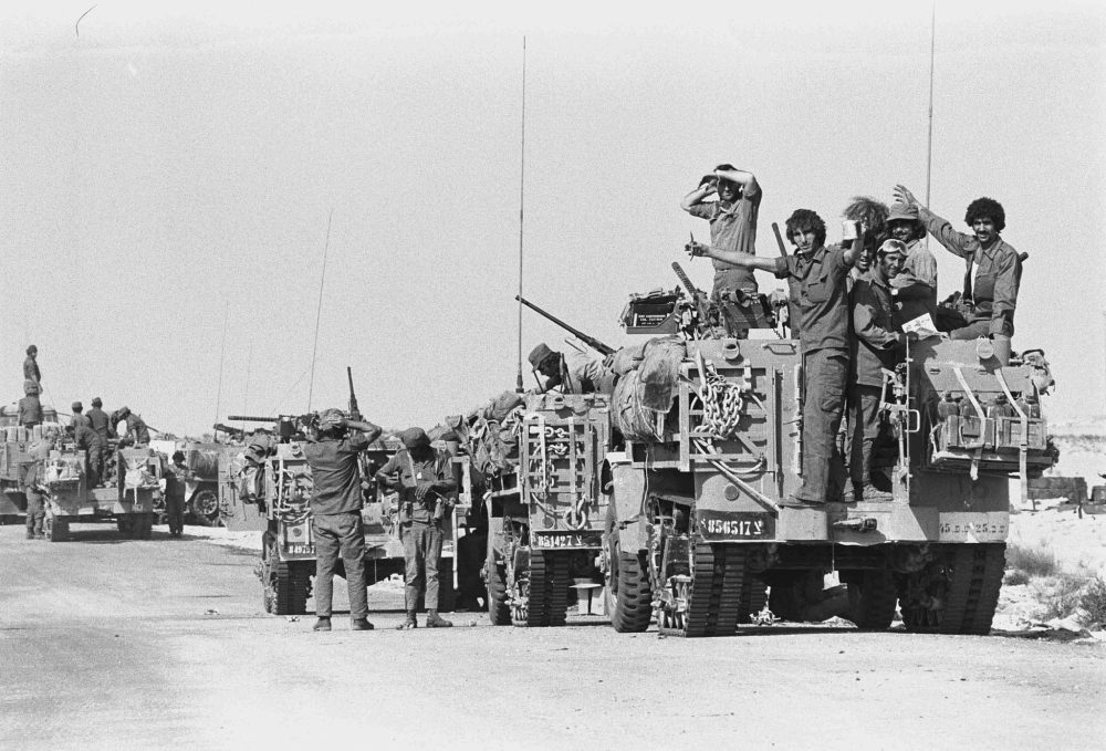 Los vehículos blindados israelíes toman posiciones en la Península del Sinaí durante el inicio de la Guerra de Yom Kippur el 6 de octubre de 1973. (Avi Simhoni / Bamahane / Archivo del Ministerio de Defensa)