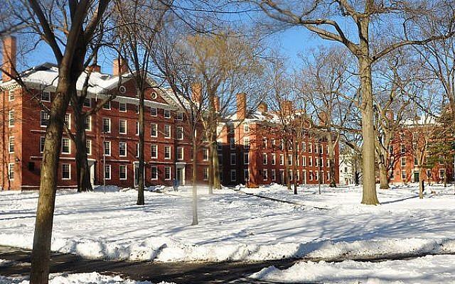 Dormitorios de estudiantes de primer año en Harvard Yard. (chensiyuan / Wikimedia Commons / GFDL)