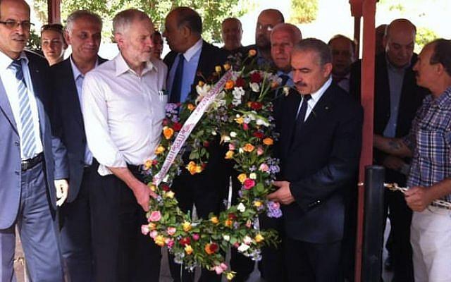 Jeremy Corbyn (segundo desde la izquierda) sosteniendo una ofrenda floral durante una visita a los Mártires de Palestina, en Túnez, en octubre de 2014. (Página de Facebook de la embajada palestina en Túnez)