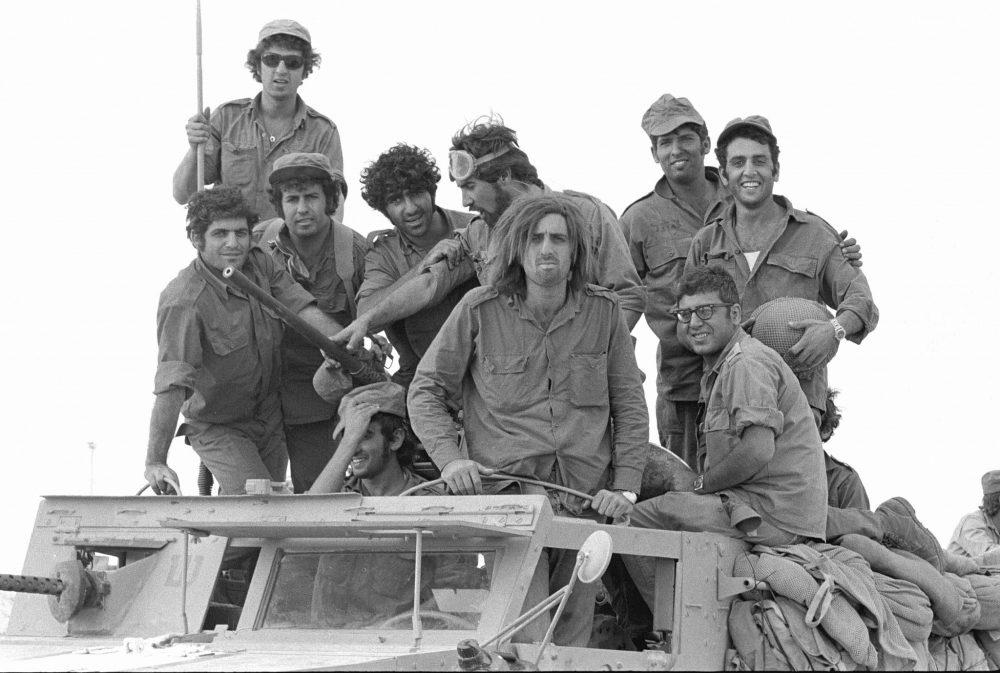 Soldados reservistas se posan en la parte superior de un camión durante el estallido de la Guerra de Yom Kippur en la península del Sinaí el 6 de octubre de 1973. (Avi Simhoni / Bamahane / Archivo del Ministerio de Defensa)