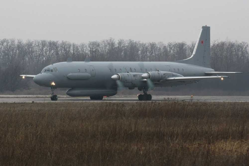 Foto de archivo: Un avión de reconocimiento ruso Il-20 en la pista de aterrizaje en el aeropuerto militar Central de Rostov-on-Don, Rusia, el 14 de diciembre de 2010. Crédito: SERGEY PIVOVAROV / REUTERS  Original article by © todayisrael.com | Authorized for dissemination including this message and the address: https://todayisrael.com/syria/with-russias-s-300-in-syria-israel
