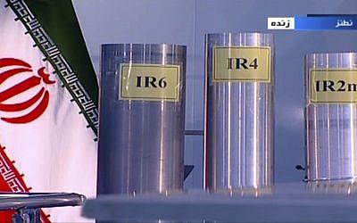 Tres versiones de centrifugadoras construidas en el país se muestran en un programa de televisión en vivo desde Natanz, una planta iraní de enriquecimiento de uranio, en Irán, el 6 de junio de 2018. (IRIB vía AP)