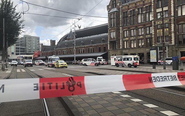 Policías holandeses cerca de la escena de un ataque de apuñalamiento cerca de la estación central diaria en Amsterdam, Países Bajos, el viernes 31 de agosto de 2018. (AP Photo / Alex Furtula)